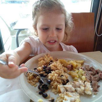 A L. está com esta cara de esquisita mas comeu metade da comida do prato.